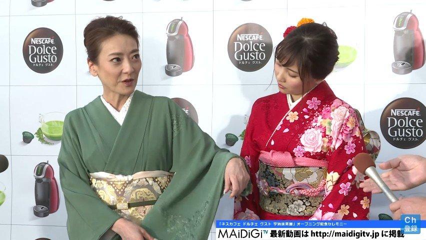 落ち着いた色の着物を着る和服美人の西川史子