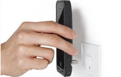 【便利】コンセントから直接充電できるiPhoneケースが発売!わずか数分でスマホをフル充電可能wwwwwwの画像
