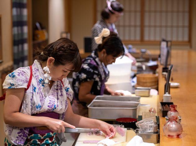女性が板前を勤める『なでしこ寿司』が炎上!「和服の袖がまな板