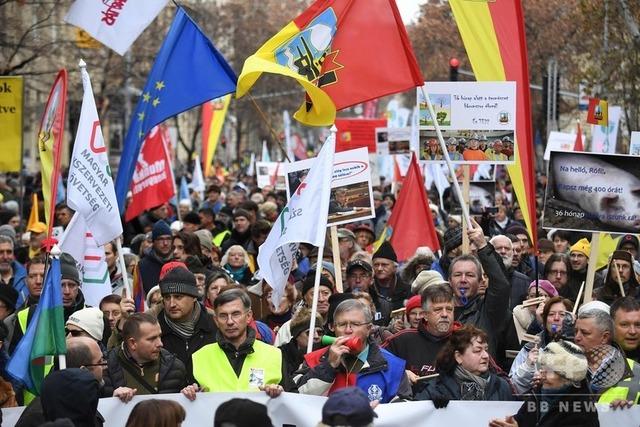 ハンガリーで年400時間の残業認める「奴隷法」に抗議、デモが暴徒化 →日本人「俺らの方が奴隷じゃね?」