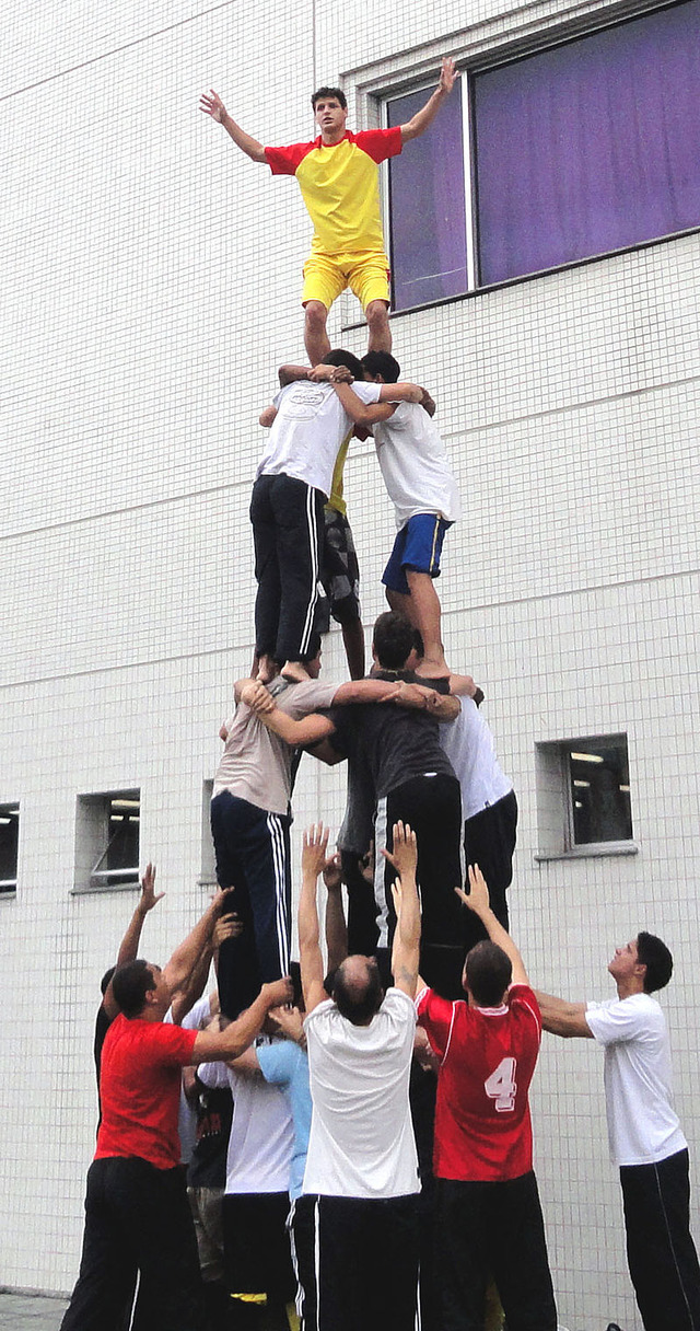 800px-01764_4_layers_Human_Tower_2011_Rio_de_Janeiro