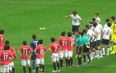 韓国サッカー選手、浦和レッズとの試合直後ピッチ上にゴミ投げ捨て!マナー悪すぎて乱闘寸前までエキサイトの画像