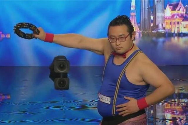タンバリン芸人のゴンゾーさんが海外で大人気!客席の歓声がハンパねぇんだけどwwwwwwの画像