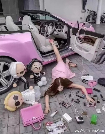 flaunting-wealth-pink-car-2018