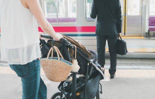 駅員が女性に代わって、ベビーカーを運ぶ → 乗っていた乳児が階段から転落し、頭を骨折する大惨事に…