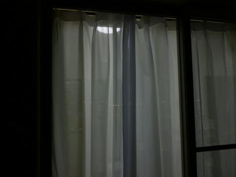 窓を開けるな