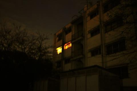 夜のアパート