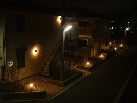 夜のアパートで