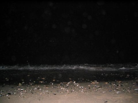夜の海でキャンプ