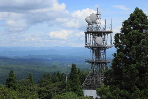 山の電波塔