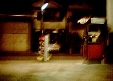 深夜のガソリンスタンド