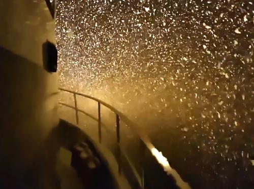 なんて美しいんだ!海の上で降る雪がなんとも幻想的