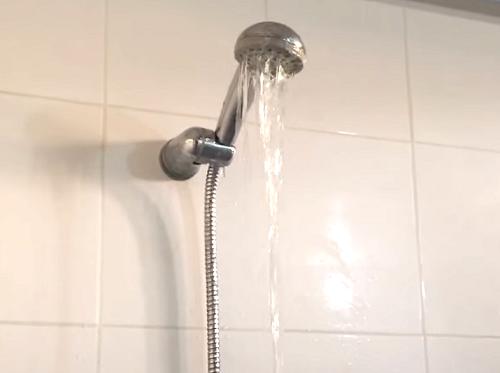 誰もいないはずのシャワー室から音が!そっとドアを開けるとそこには…-