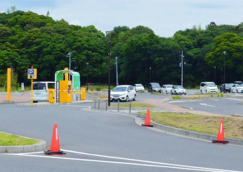 写真2_車と駐車場