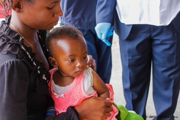 ユニセフが支援するキャンペーンで、はしかの予防接種を受ける生後7カ月のマリーちゃん。(2020年4月21日撮影) (C) UNICEF_UNI325341_Nkoy