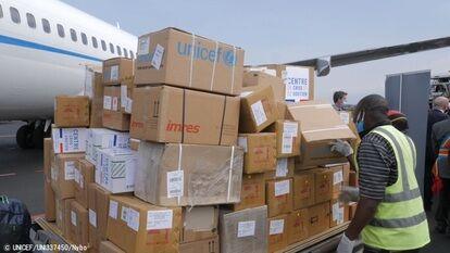 ゴマの空港に届いた、エボラ出血熱とCOVID-19に対応するための支援物資。(コンゴ民主共和国、2020年6月撮影) (C) UNICEF_UNI337450_Nybo