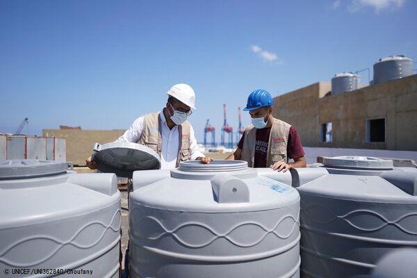 カランティーナ公立病院に貯水タンクを設置する様子。(C) UNICEF_UNI362840_Choufany