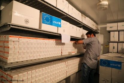 コールドチェーン・センターでワクチンの確認をする保健省のスタッフ。(アフガニスタン、2020年9月撮影) (C) UNICEF_UNI368590_Fazel