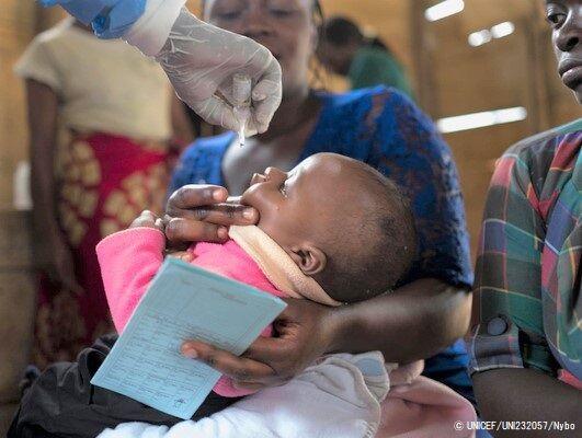 定期予防接種で経口ポリオワクチン(OPV)を投与される女の子。(2019年10月撮影) (C) UNICEF_UNI232057_Nybo