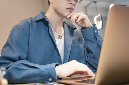 PC操作をする若い男性