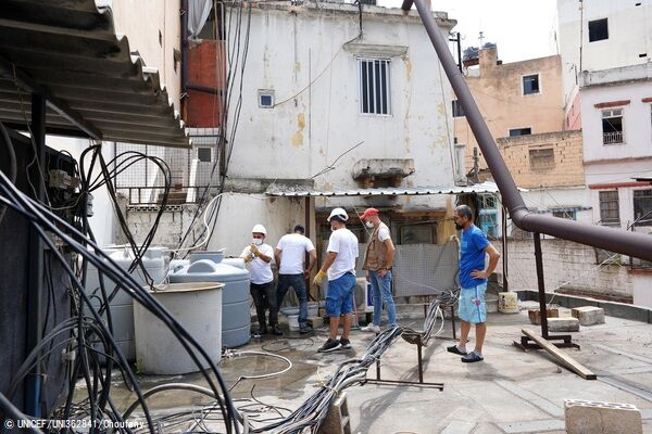 水道管の修理には時間を要するため、爆発の被害を受けた病院や学校に貯水タンクを設置するユニセフとパートナー団体のスタッフ。(C) UNICEF_UNI362841_Choufany