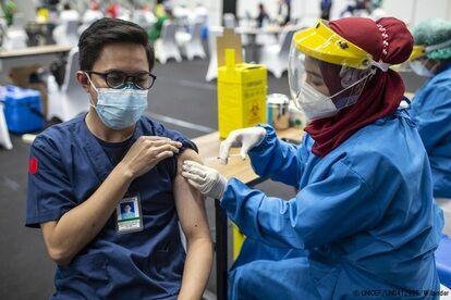 ジャカルタでCOVID-19の予防接種を受ける医療従事者。(インドネシア、2021年2月4日撮影) (C) UNICEF_UN0412495_Wilander