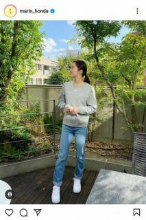 本田真凜 珍しいダメージジーンズ、横顔姿を披露「横顔も美人」「脚長い」の声