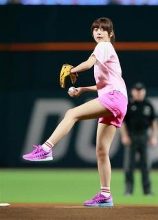 モデル・池田エライザ 美脚披露しノーバン始球式