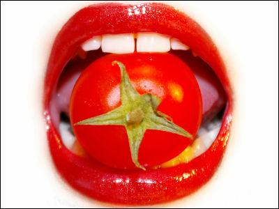 唇とトマト