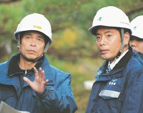 不適正除染現場の住宅を視察する井上環境副大臣