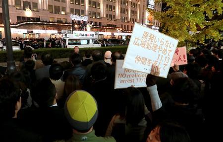 街頭演説する橋下徹大阪市長に抗議する人ら