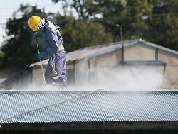 民家の屋根を洗浄して除染する作業員=福島市大波で2011年10月、森田剛史撮影.jpg