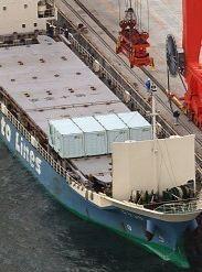 震災がれき 大阪に貨物船が到着