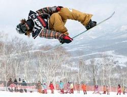スノーボードハーフパイプ日本選手権の男子の部で優勝した佐藤