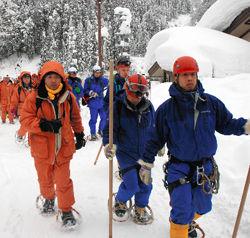捜索に出る警察と消防の山岳救助隊員ら=31日午後0時31分、白山市河内町内尾
