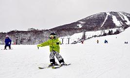 久々の感触を確かめながら滑りを楽しむスキーヤーら