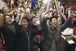 パブリックビューイングで平岡選手の銅メダル獲得に沸く地元・奈良県御所市の人たち(12日午前3時31分、御所市のアザレアホールで)