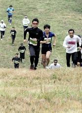 ランナーたちはスキー場の急斜面を駆け上る(6日、猪苗代町で)