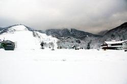 事業停止した六呂師高原スキー場(正面)と六呂師ハイランドホテル(右)=25日、福井県大野市南六呂師