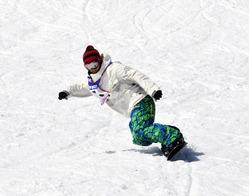 チャリティーで張り切って滑るスノーボードの選手=香美町小代区のおじろスキー場