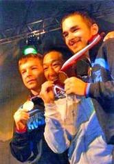 優勝を喜び、金メダルをかむ奥田和夫さん(写真中央)=ロシア・モスクワ