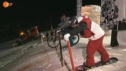マウンテンバイクvsスノーボード、雪原で爆走して頂上決戦