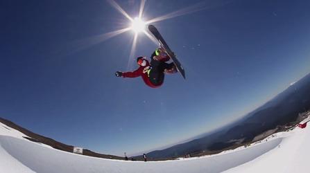 スノーボードハーフパイプでエアーを決めてる写真