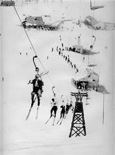 昭和30年代の「草津国際スキー場」の風景。ウェアに時代を感じる(草津国際スキー場提供)