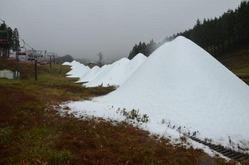 人工造雪機で造った雪山が並ぶいぶきの里スキー場