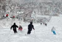 オープンした札幌国際スキー場で、初滑りを楽しむスキー客ら=17日午前、札幌市南区