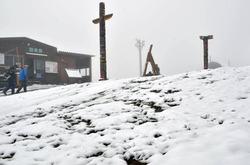 雪に覆われ、銀世界となったスキー場のゲレンデ