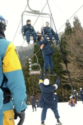 訓練で、停止したリフトからスキー客を救助する機動隊員ら