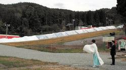 雪山が連なるゲレンデでシーズン中の安全と盛況を祈る関係者=郡上市高鷲町の鷲ケ岳スキー場で
