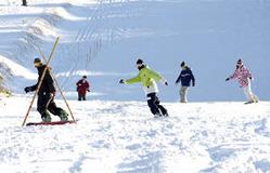 スキーヤー、スノーボーダーが初滑りを楽しんだ天元台高原スキー場=米沢市